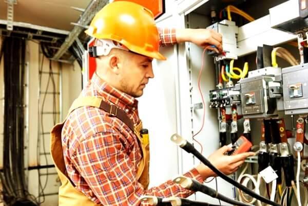 el electricista Malpica reparando averías eléctricas