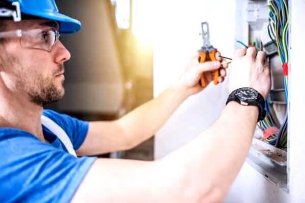 el electricista San Fernando trabajando aumentos de potencia
