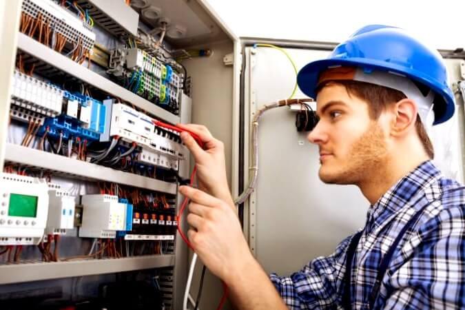 electricista Gomecello realizando instalaciones eléctricas