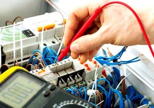 el electricista Alfondeguilla realizando boletines eléctricos