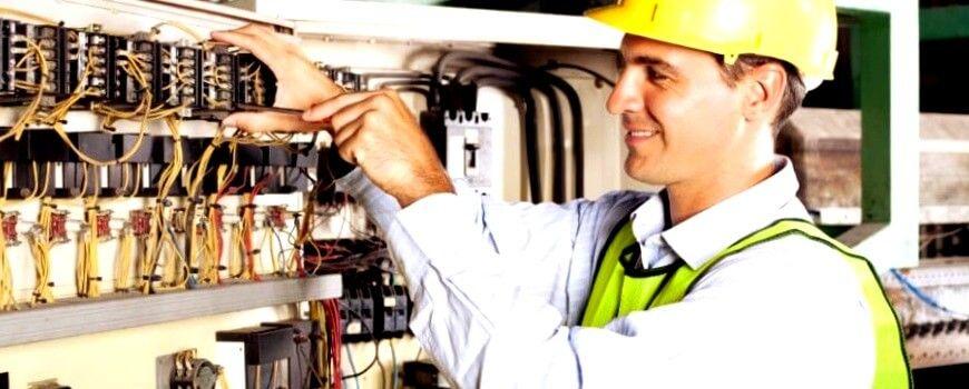 el electricista Jávea realizando boletines eléctricos
