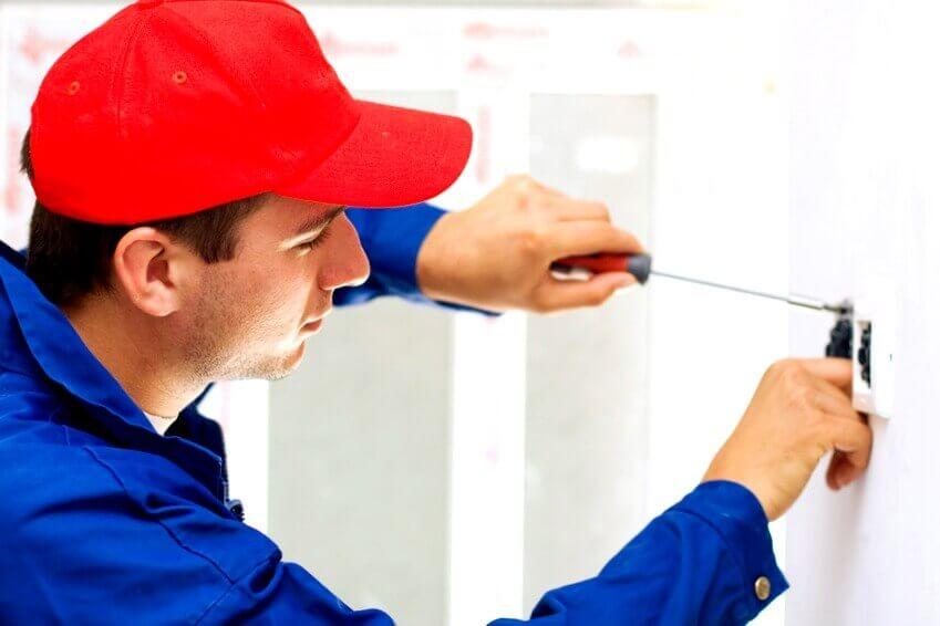 el electricista Gradefes trabajando aumentos de potencia