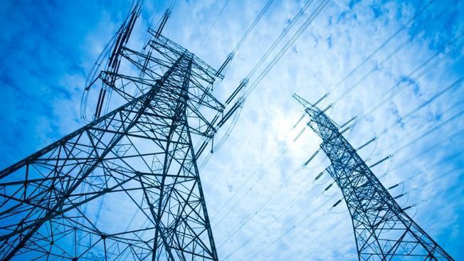 la electricidad viaja a mayor voltaje por las torres eléctricos